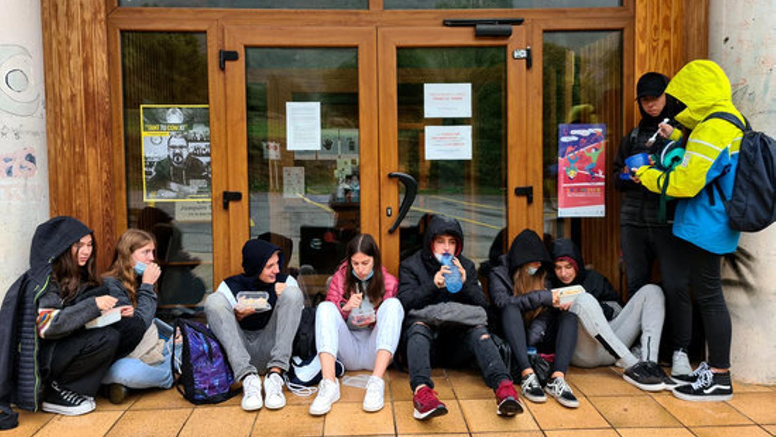 Alumnes de Sort dinant al carrer. / ACN