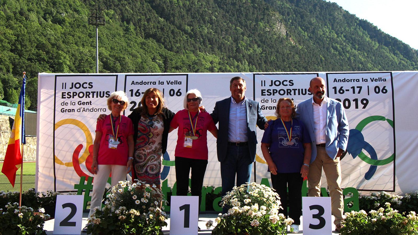 Les autoritats entreguen les medalles als esportistes guanyadors. M. M. (ANA)