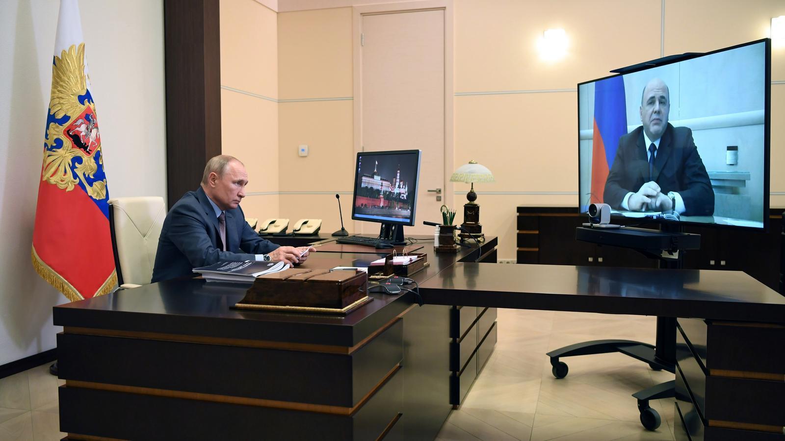 El primer ministre rus, Mikhail Mishustin, en una videoconferència amb el president rus, Vladimir Putin, per explicar-li el pla de recuperació econòmica.