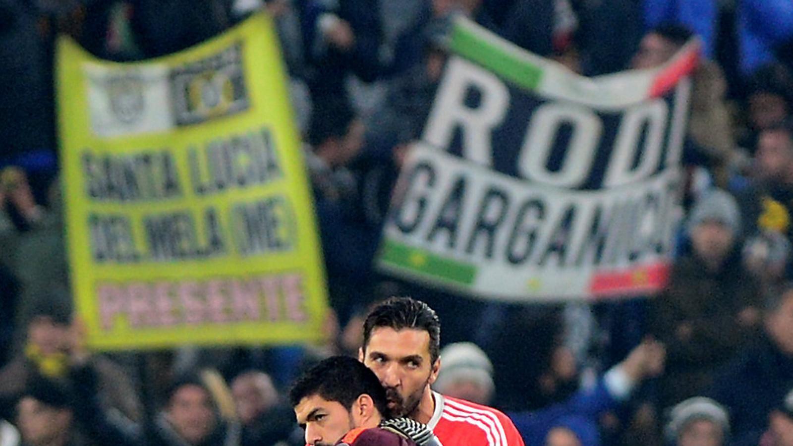 Luis Suárez i Gianluigi Buffon abraçant-se després del partit.