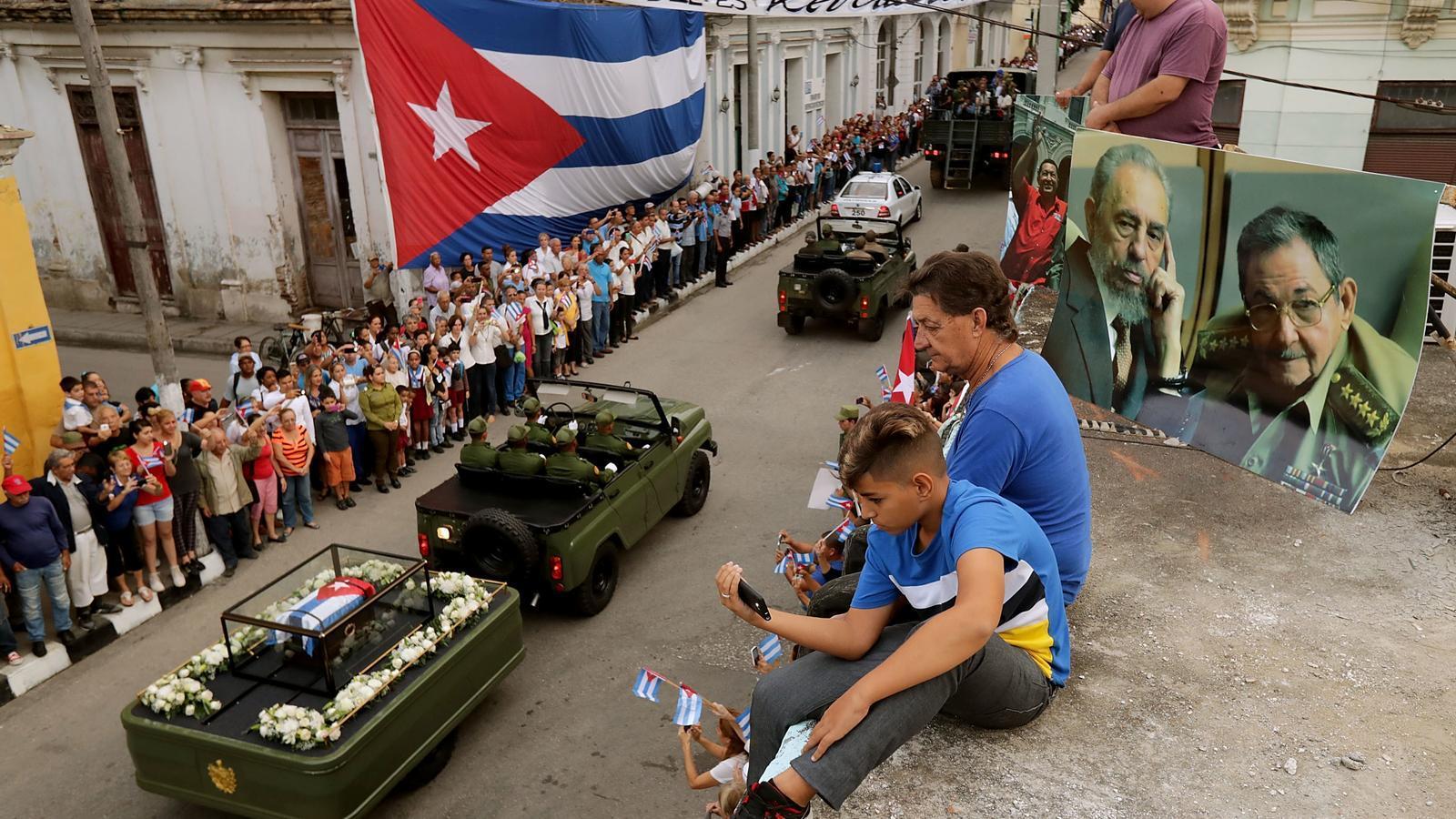 La comitiva amb les cendres de Fidel Castro recorren la població de Santa Clara