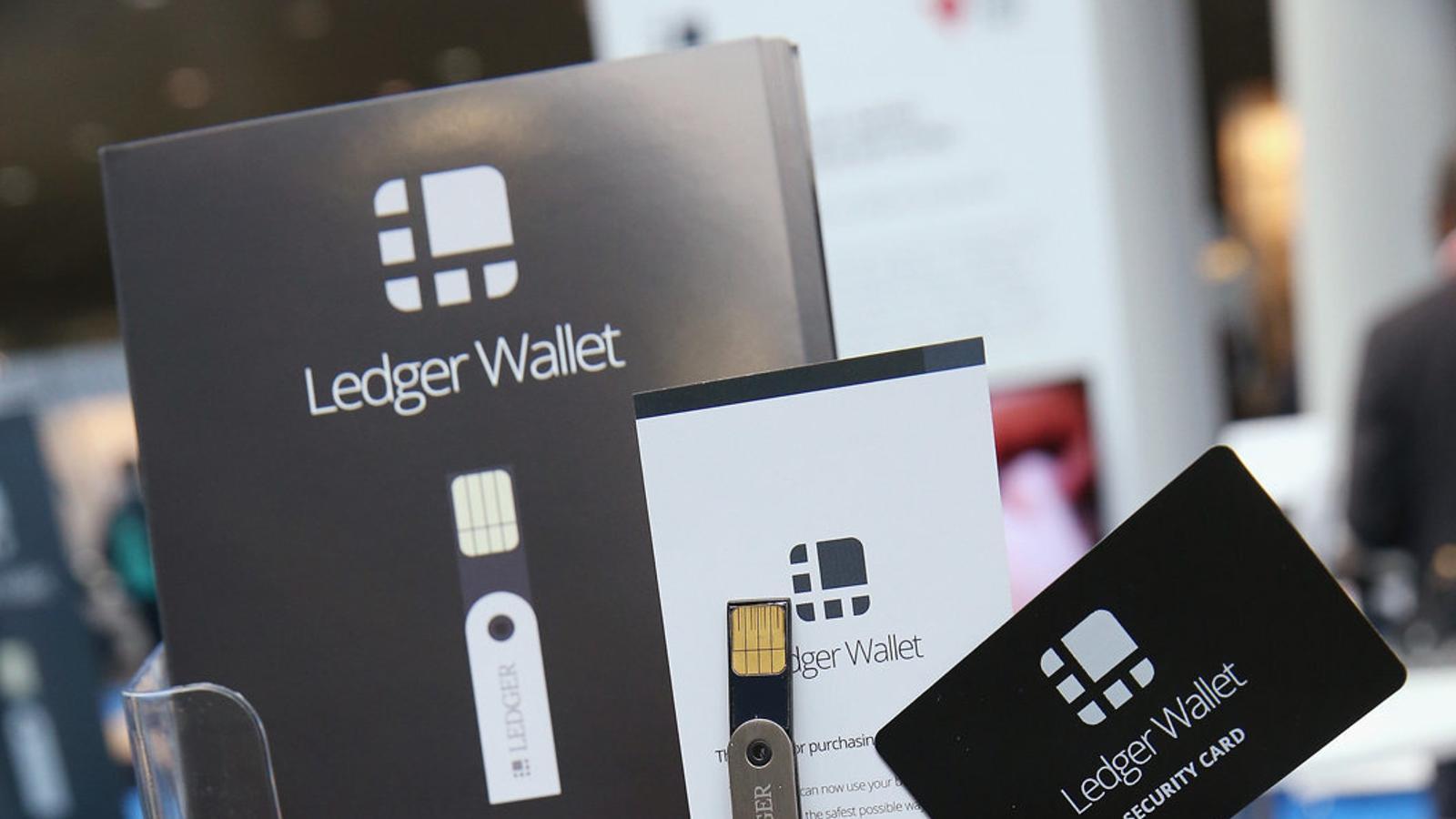 Imatge d'un llapis de memòria que permet fer transaccions amb bitcoins, en un estand d'una fira tecnològica a Hannover.