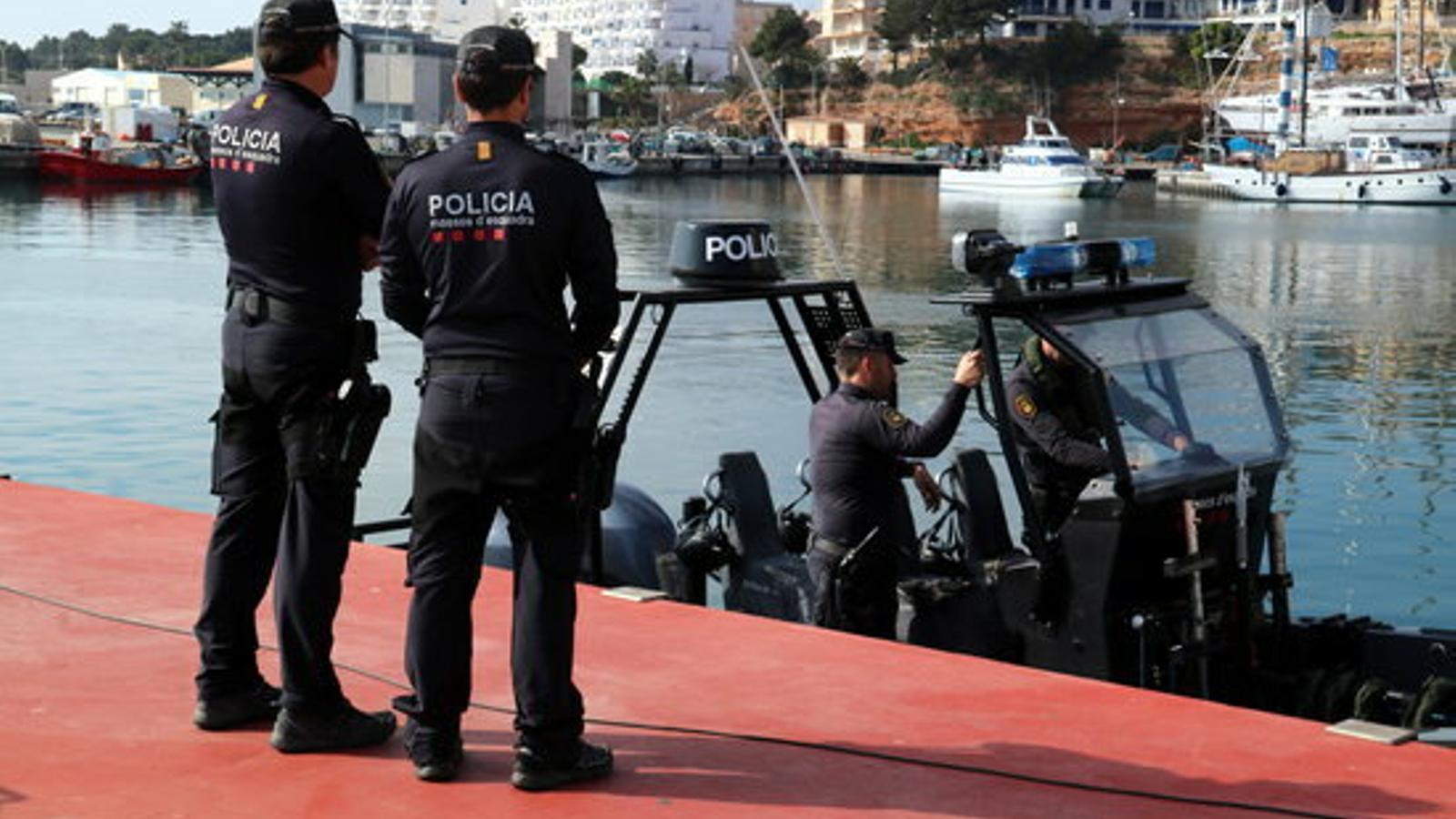 Una de les embarcacions de la unitat de policia marítima dels Mossos aquest dijous a l'Ametlla de Mar