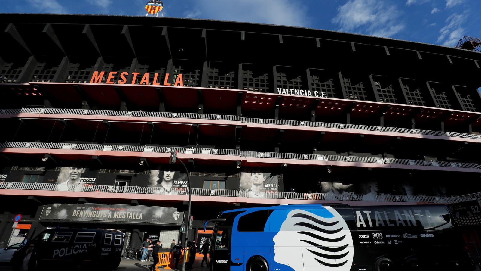 L'autocar de l'Atalanta arriba a Mestalla per l'entrenament previ al partit