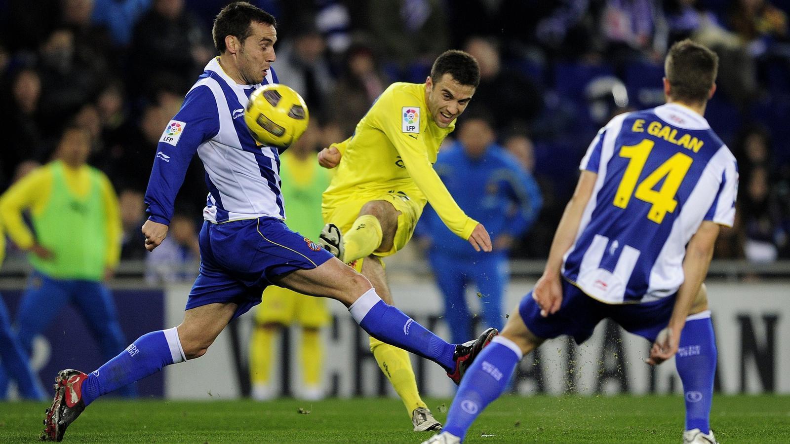 David Garcia, el substitut a l'onze del ja jugador del Milan Dídac Vilà, es disputa  una pilota amb Rossi, l'autor de l'únic gol del partit. / JOSEP LAGO / AFP