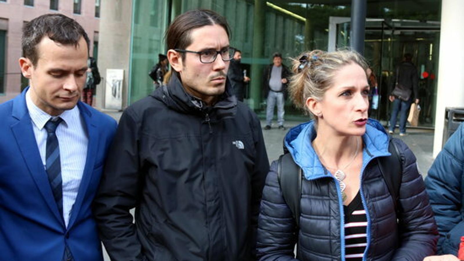 El fotoperiodista Albert Garcia (al centre) amb la seva advocada Marisa Díaz