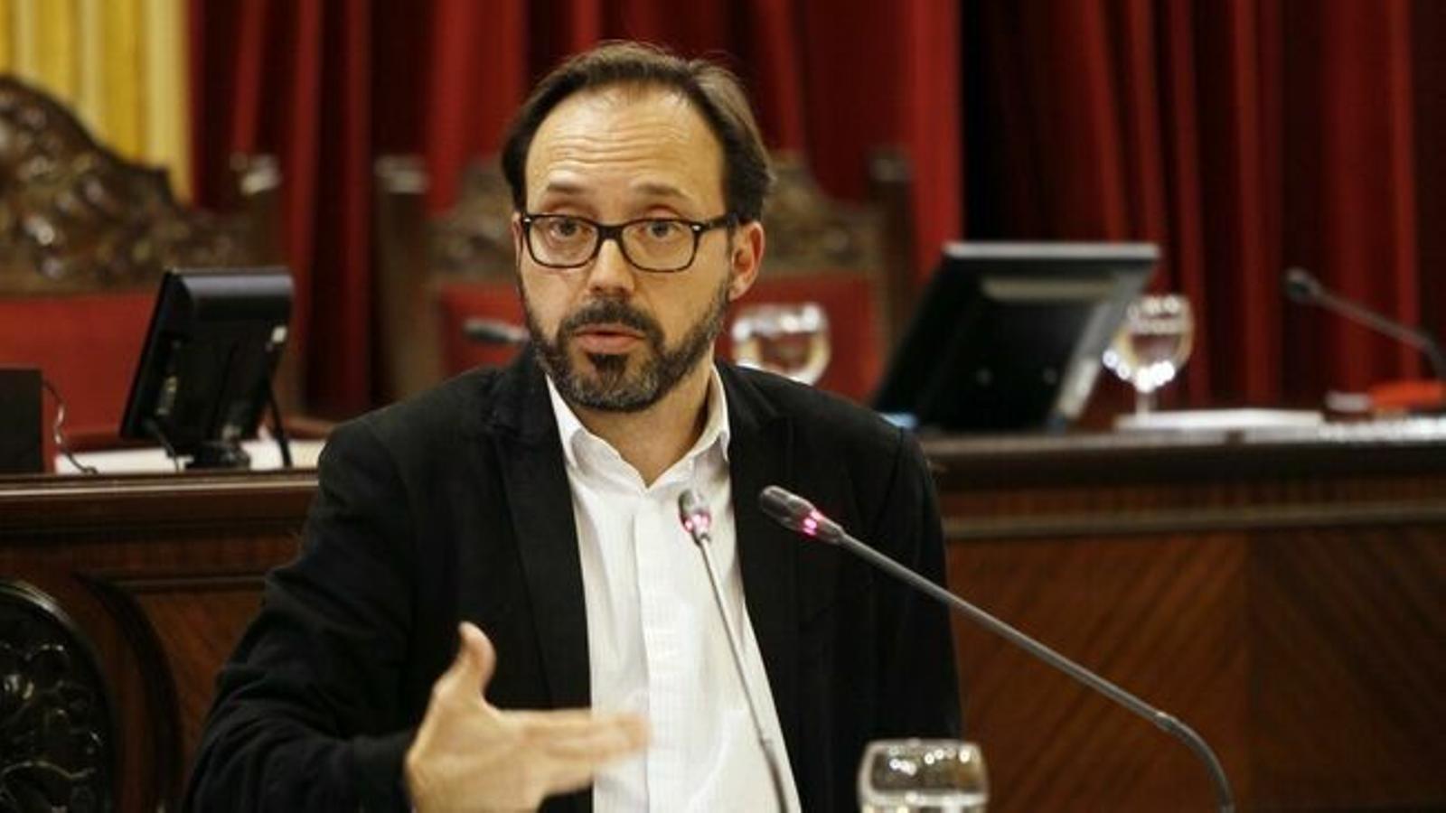 Josep Castells recorda la importància del servei per als menorquins i demana explicacions a la consellera Gómez.