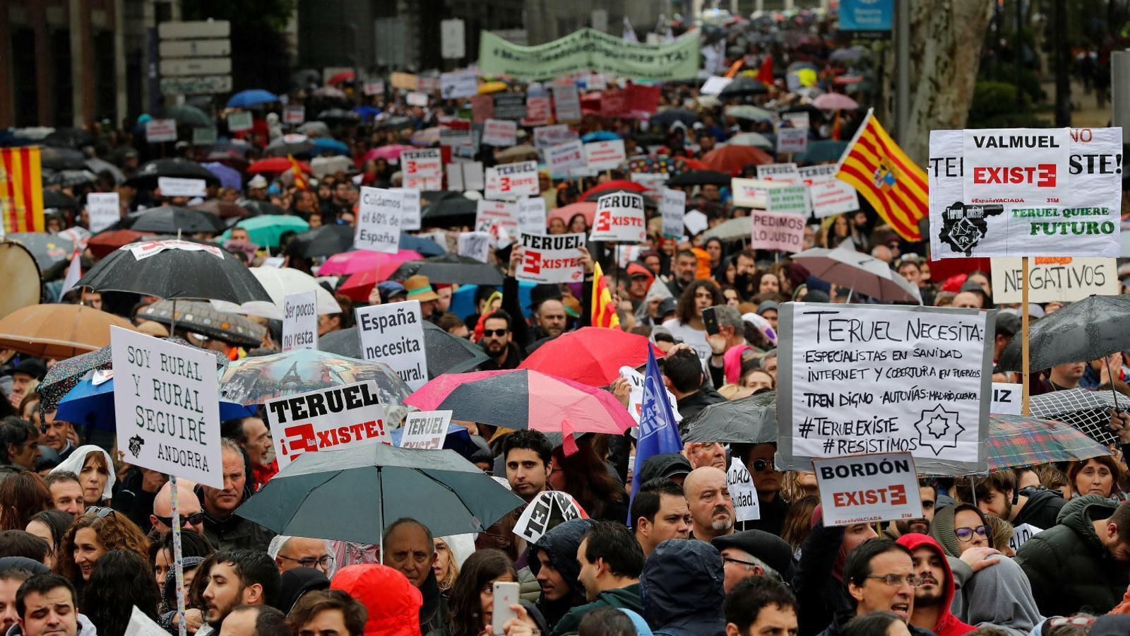 La derecha endurece la pugna interna y le da aire al PSOE