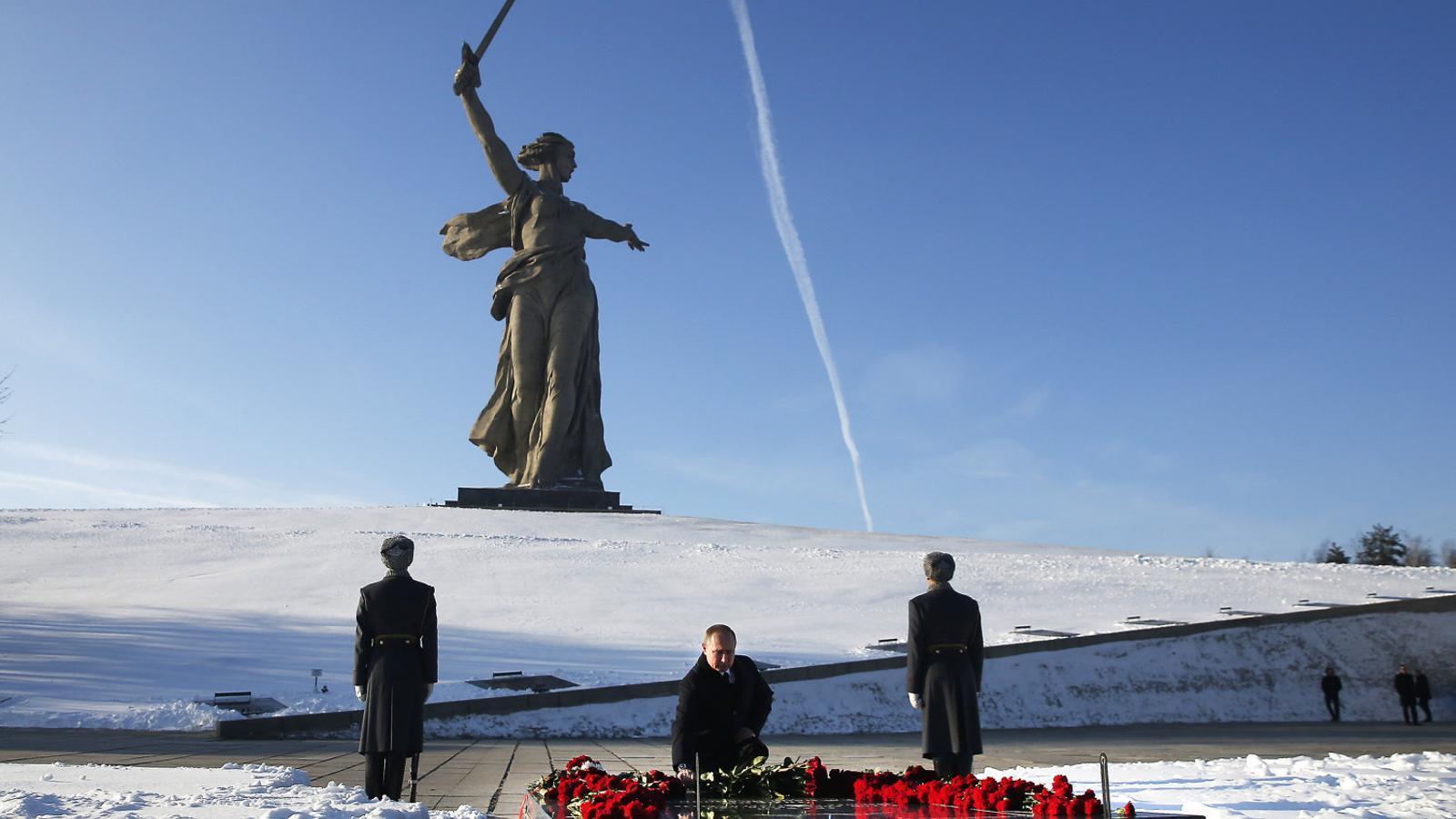 El president rus, Vladímir Putin, fent una ofrena a l'exterior del Memorial Mamàiev Kurgan, a Volgograd, l'antiga Stalingrad, on es ret homenatge als morts en la batalla i es recorda la victòria sobre els nazis. El 2 de febrer del 2018 se'n va celebrar el 75è aniversari.