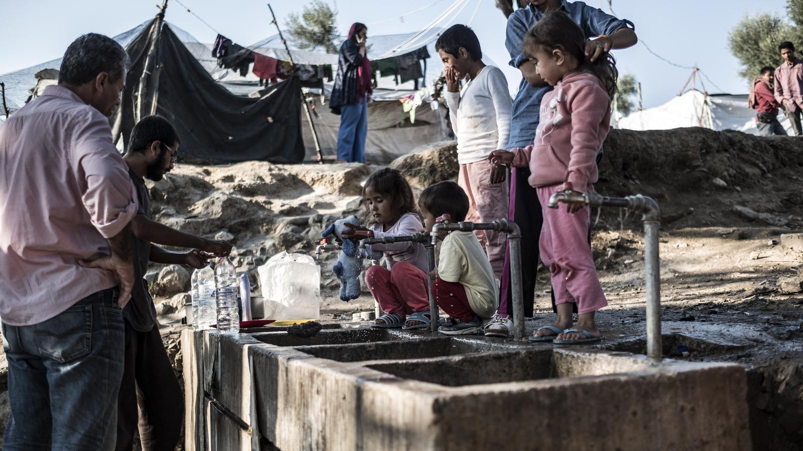 Una familia refugiada al camp de Moria, a l'illa grega de Lesbos, el passat octubre