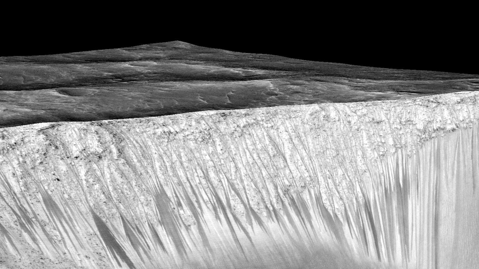 Erosió possiblement per aigua al cràter Garni, a Mart. NASA