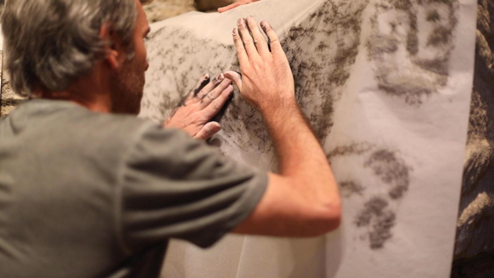 Oriol Vilapuig converteix en dibuixos els relleus de les piques de les esglésies de la vall d'Àneu gràcies a la tècnica del 'frottage'