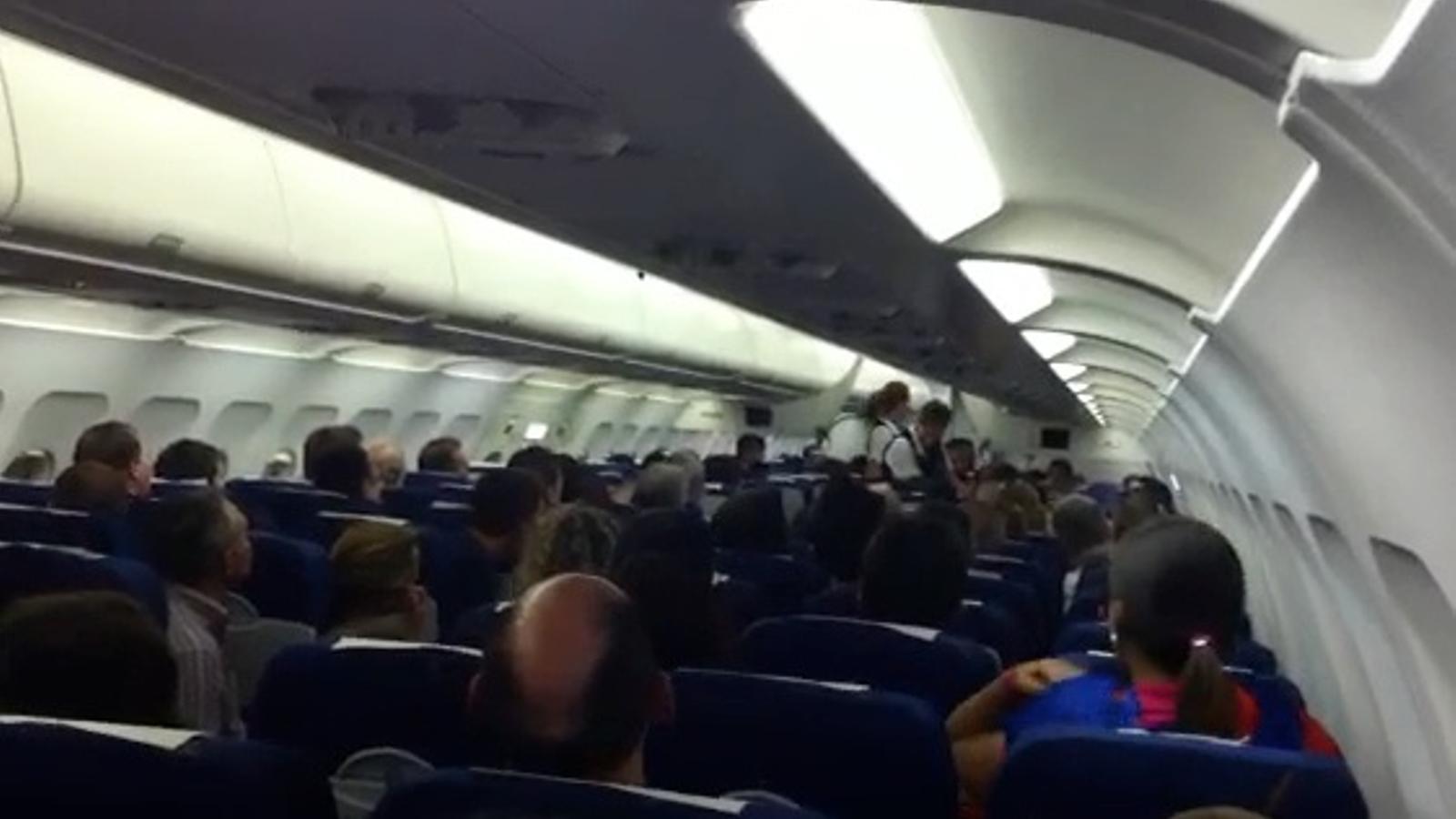 Càntics d'alegria de l'expedició blaugrana en el vol de tornada
