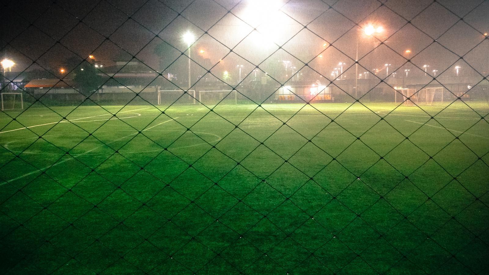 Un camp de futbol, de nit, en una imatge d'arxiu