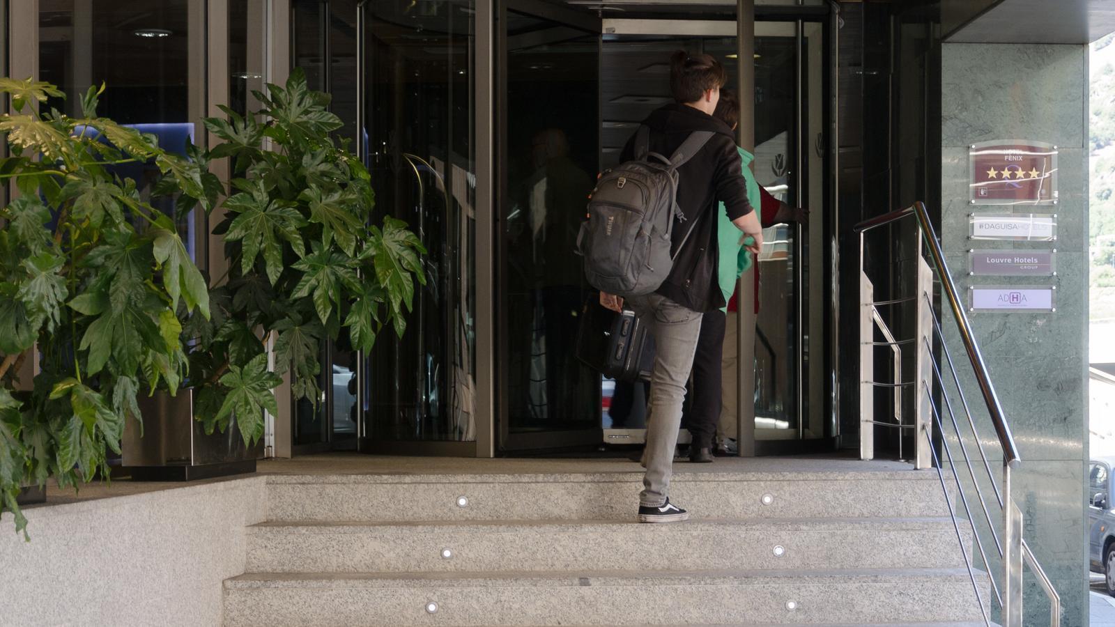 Un turista entra en un hotel d'Andorra. / ARXIU ANA