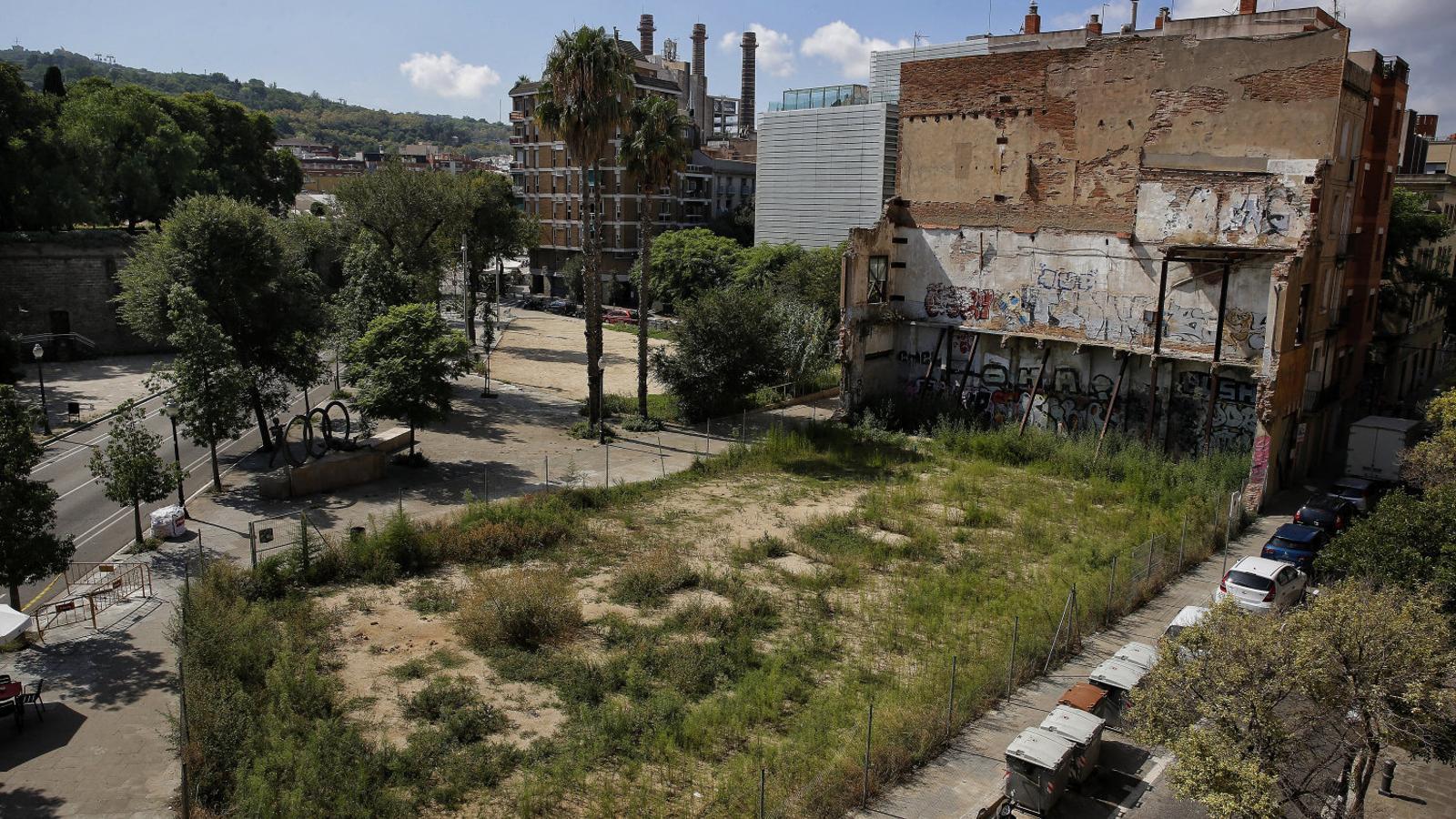 Una imatge recent del solar, ubicat entre els carrers Cid, Mina i Portal de Santa Madrona.