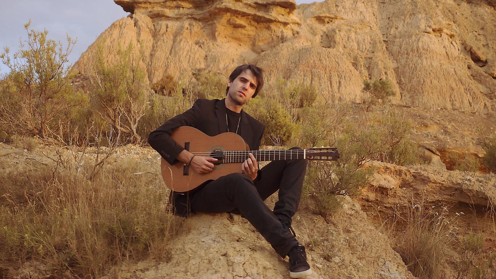 El guitarrista barceloní Pau Figueres al desert dels Monegres en una fotografia promocional del disc Nada nuevo bajo el sol.