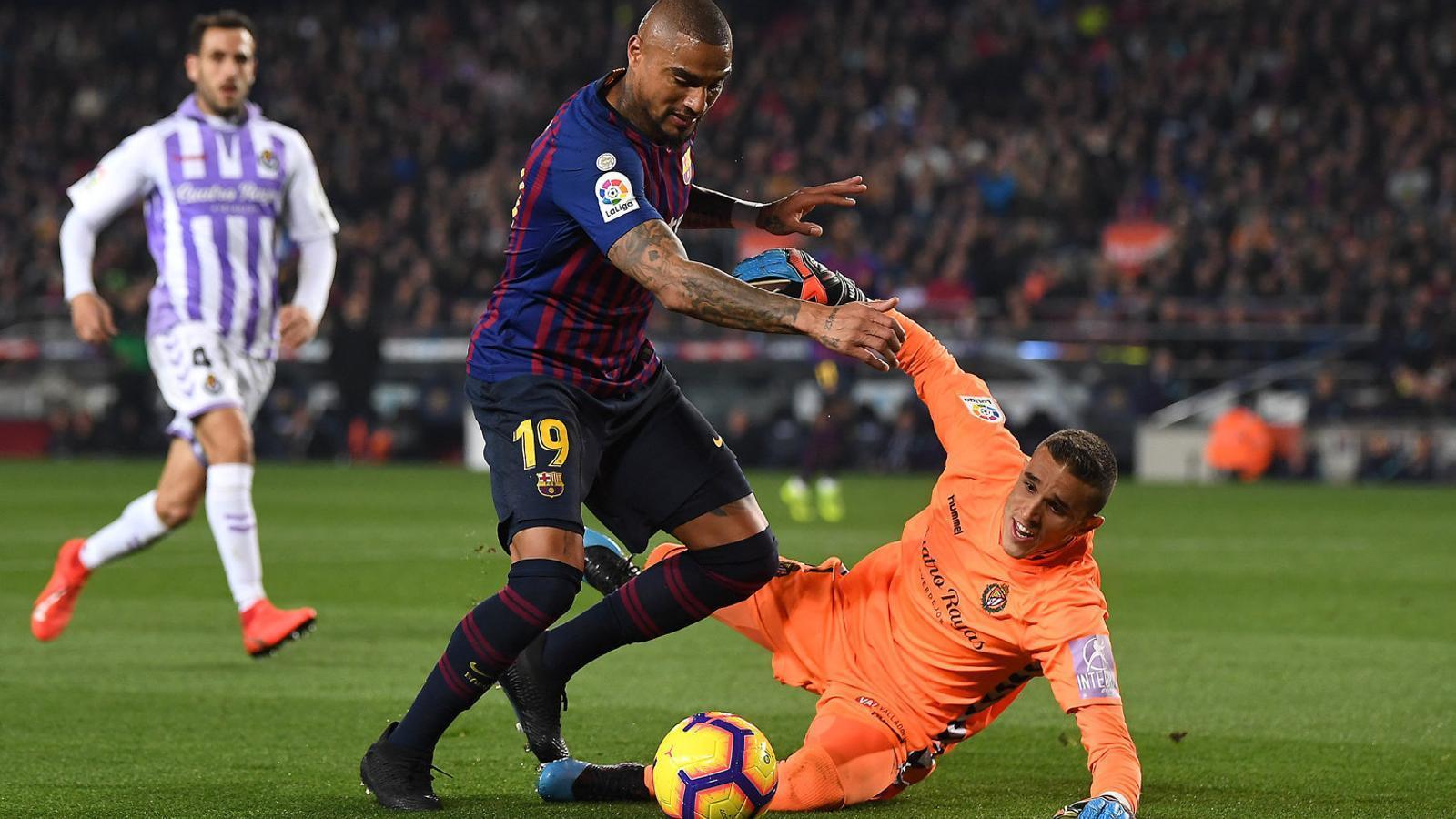 Kevin-Prince Boateng intentant batre Jordi Masip en la seva primera ocasió contra el Valladolid.