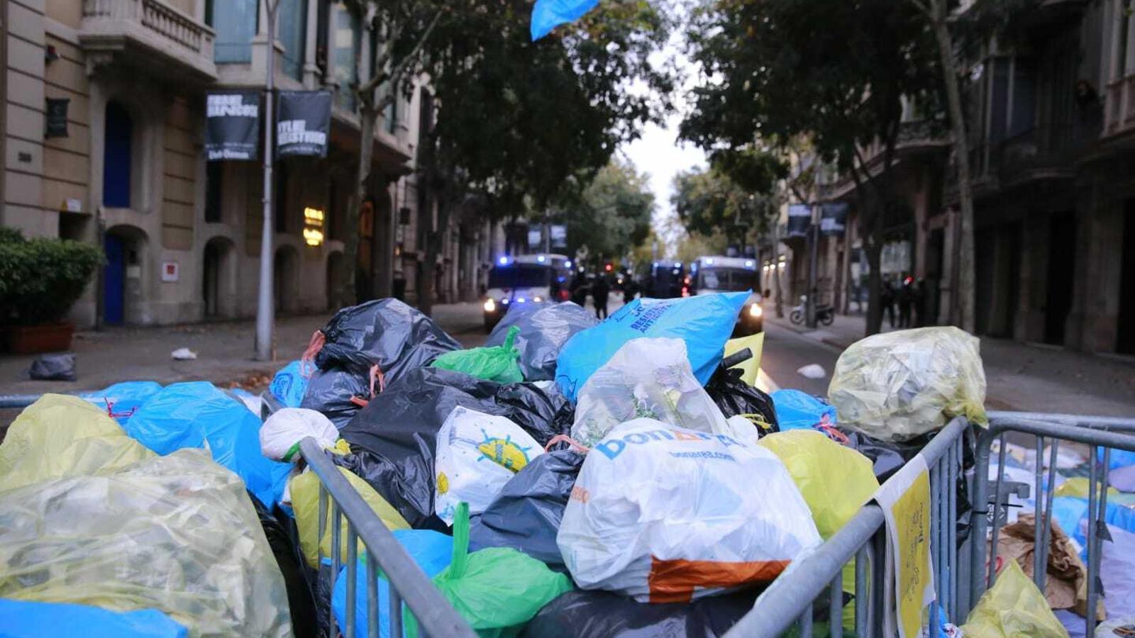 Bosses d'escombraries s'acumulen davant la delegació del govern a Barcelona