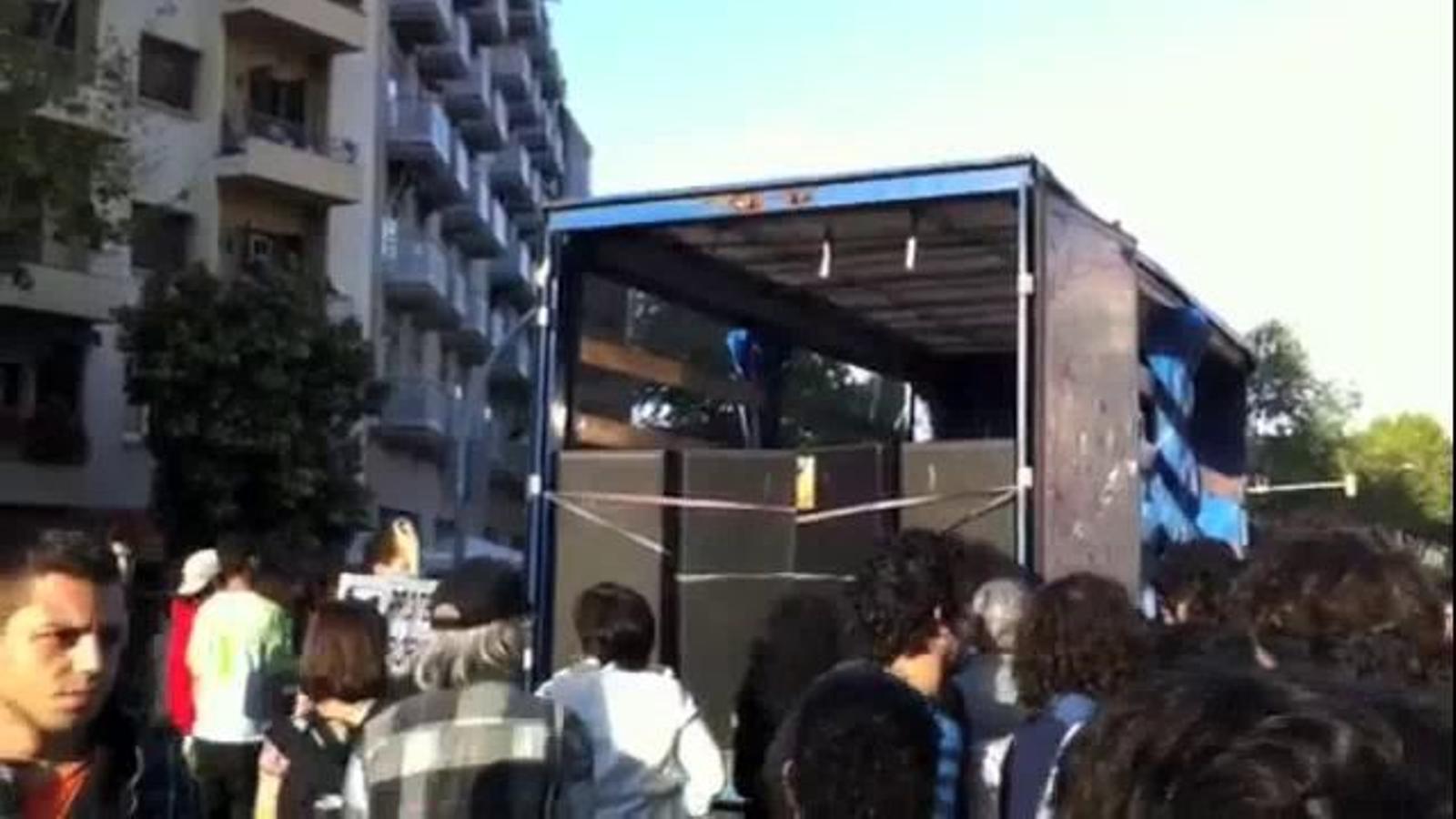 Manifestants canten l''Estaca' a la protesta alternativa del Primer de Maig a Barcelona