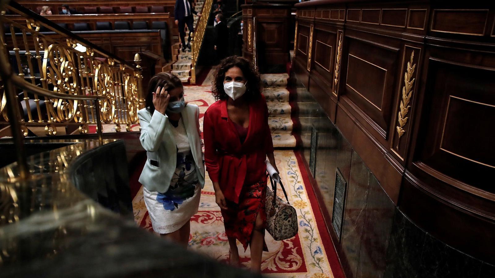 La ministra d'Hisenda i portaveu del govern espanyol, María Jesús Montero, amb la portaveu del PSOE al Congrés, Adriana Lastra, dijous passat.