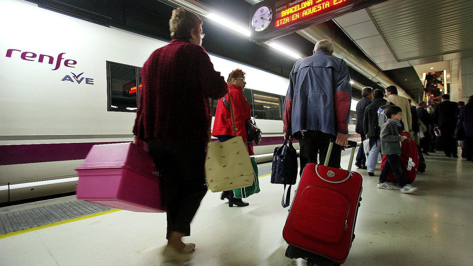 L'estació de Sants, en una imatge d'arxiu, és el punt d'origen i d'arribada de l'AVE a Barcelona. / PERE TORDERA