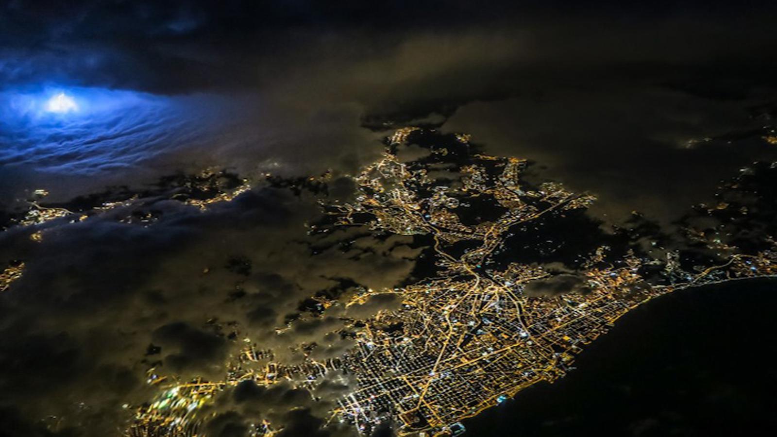Un pilot d'avió capta unes espectaculars imatges de Barcelona sota la tempesta