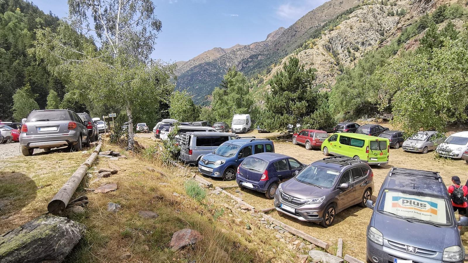 L'aparcament de la Molinassa ple de cotxes. / PNAP