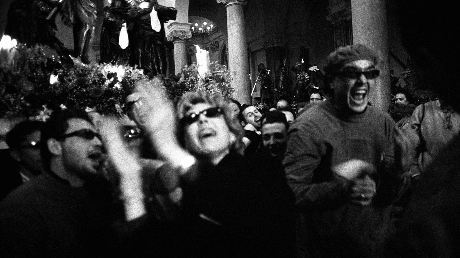 ACONSEGUIT A l'església de Le Anime del Purgatorio de Trapani, l'excitació dels confrares esclata amb una alegria espectacular després de concloure una processó de 24 hores seguides: surt el Divendres Sant al migdia i s'acaba l'endemà (Trapani, 30 de març del 2002).