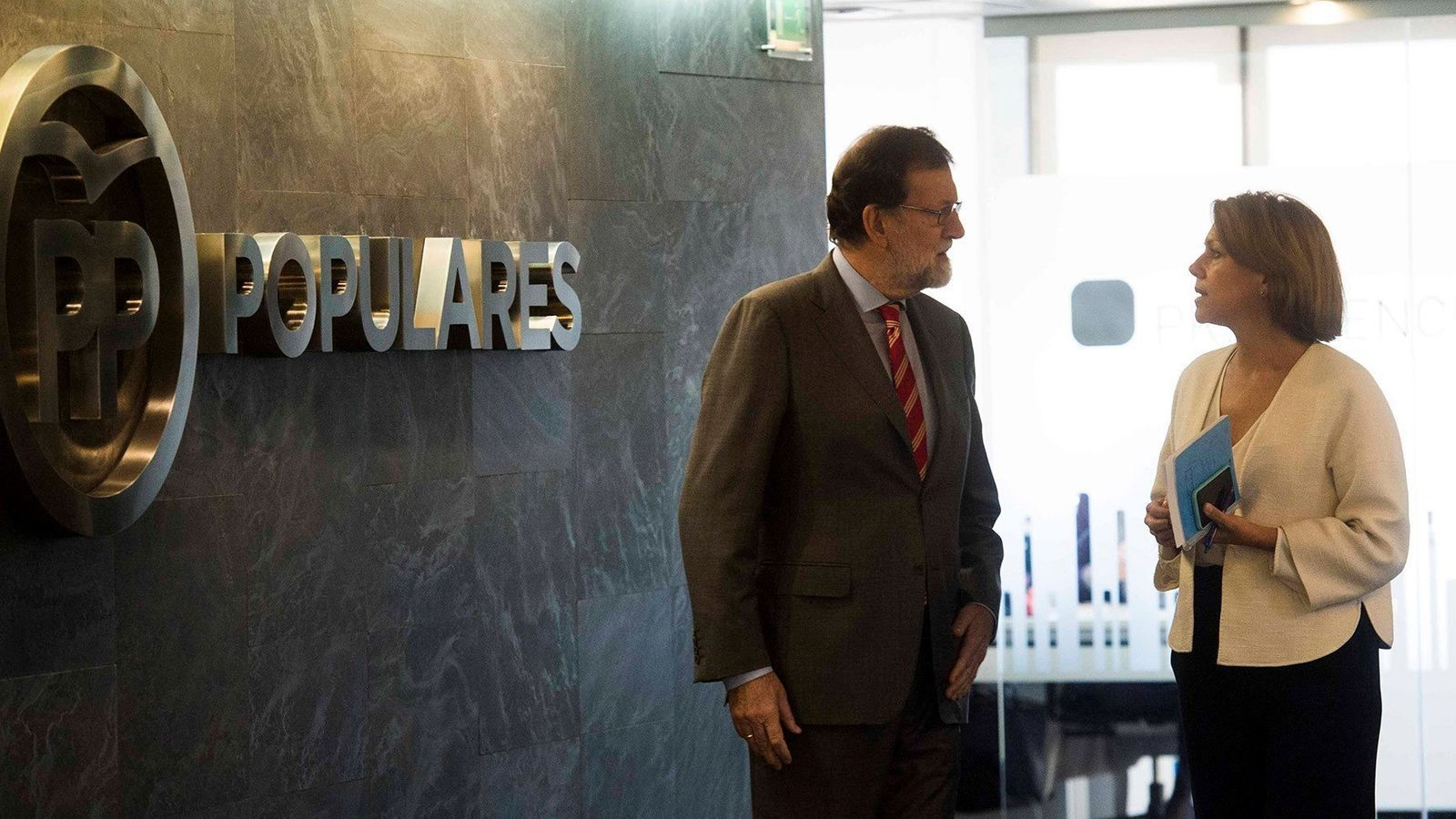 Mariano Rajoy amb la secretària general del PP, María Dolores de Cospedal, aquest dilluns a la seu del partit / DAVID MUDARRA (EFE)