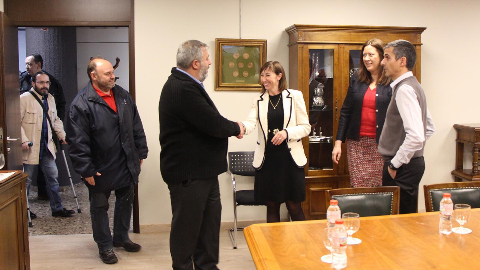 La minsitra Eva Descarrega rebent els representants sindicals. / M. T. (ANA)