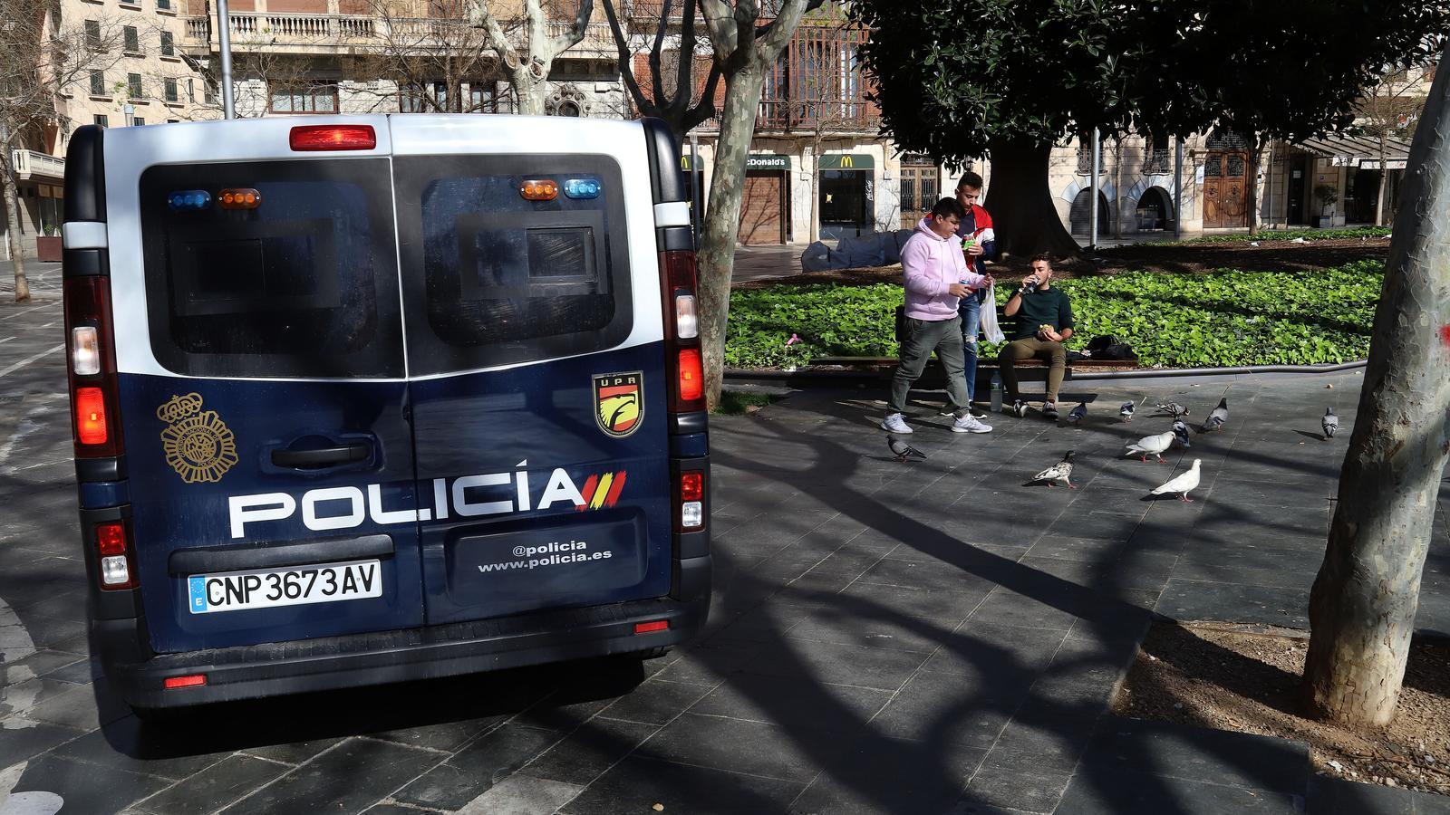 Un vehicle de la Policia Nacional vigila els carrers de Palma durant l'estat d'alarma.
