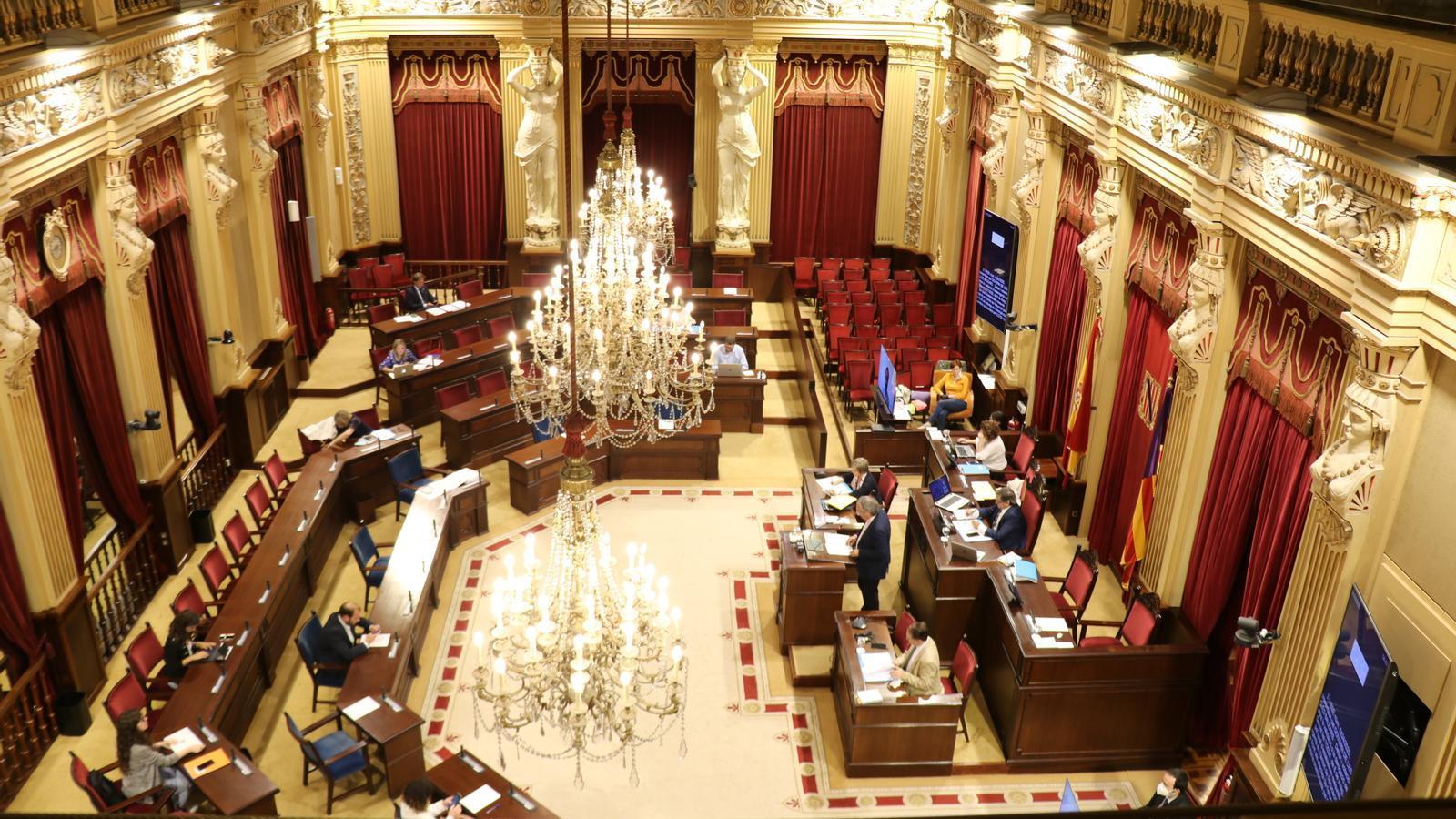 Imatge d'un ple del Parlament durant el confinament pel coronavirus