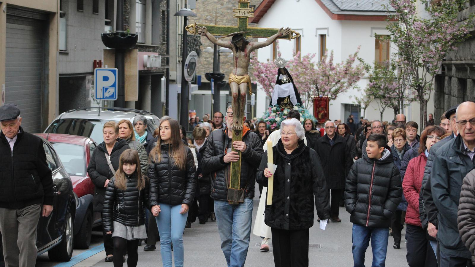Feligresos en el Via Crucis de Sant Juià de Lòria. / M. R. F. (ANA)