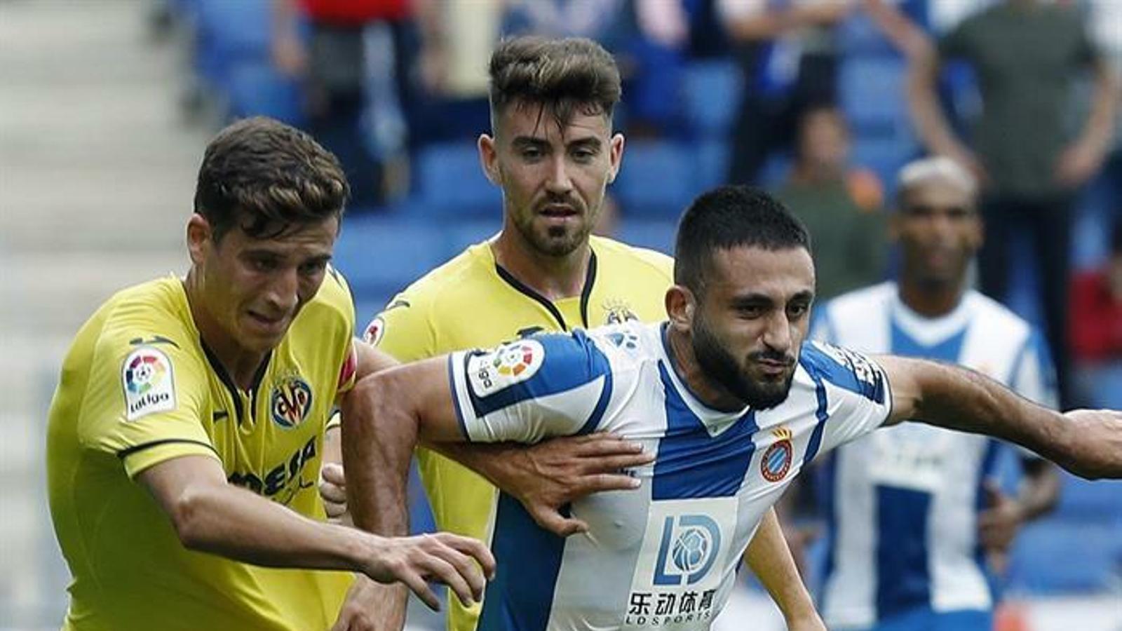 Vargas intenta controlar una pilota contra el Vila-real
