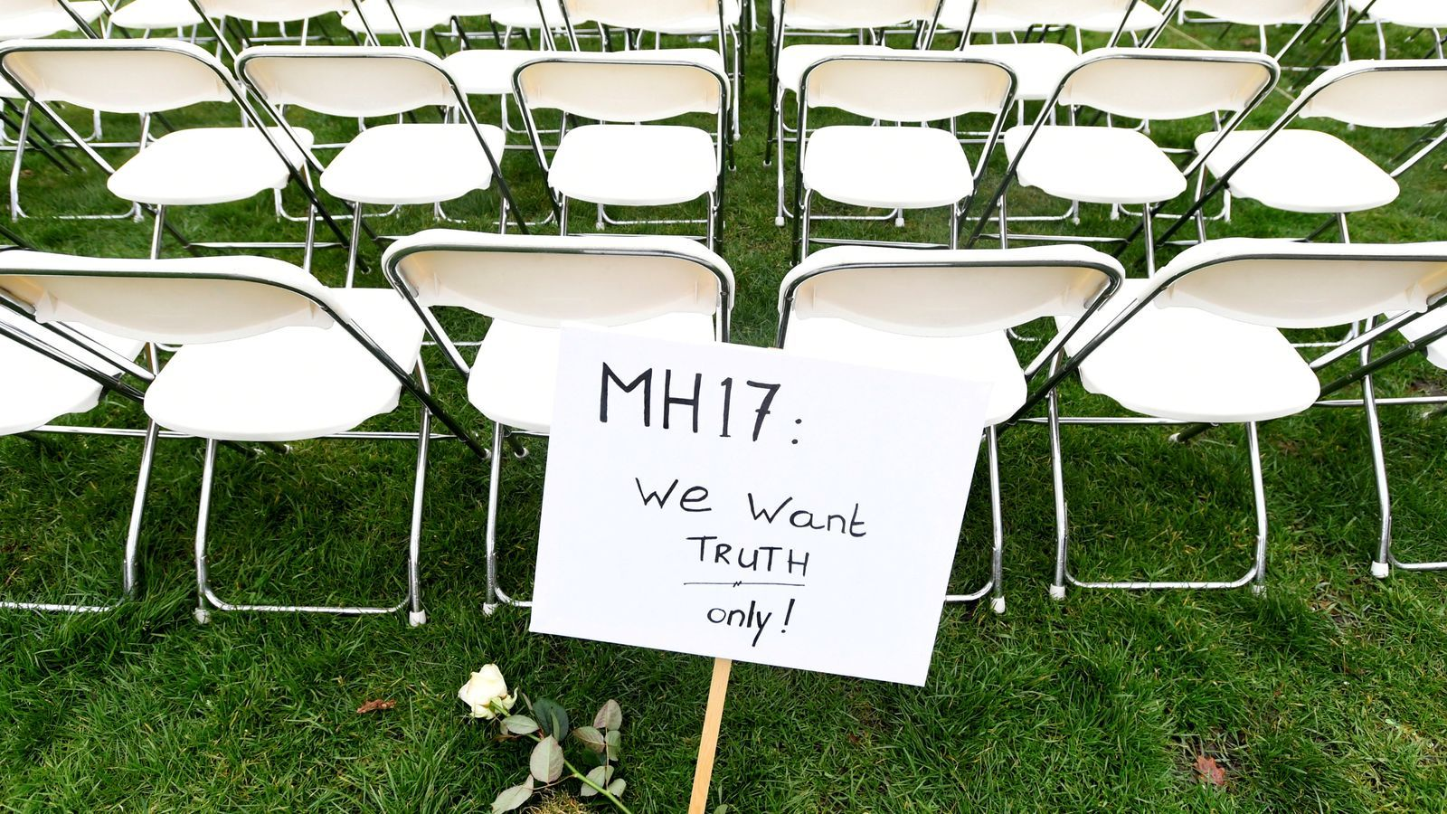 Imatge d'arxiu d'un acte organitzat per familiars de les víctimes del MH17 davant de l'ambaixada russa de l'Haia amb un cartell que reclama saber la veritat