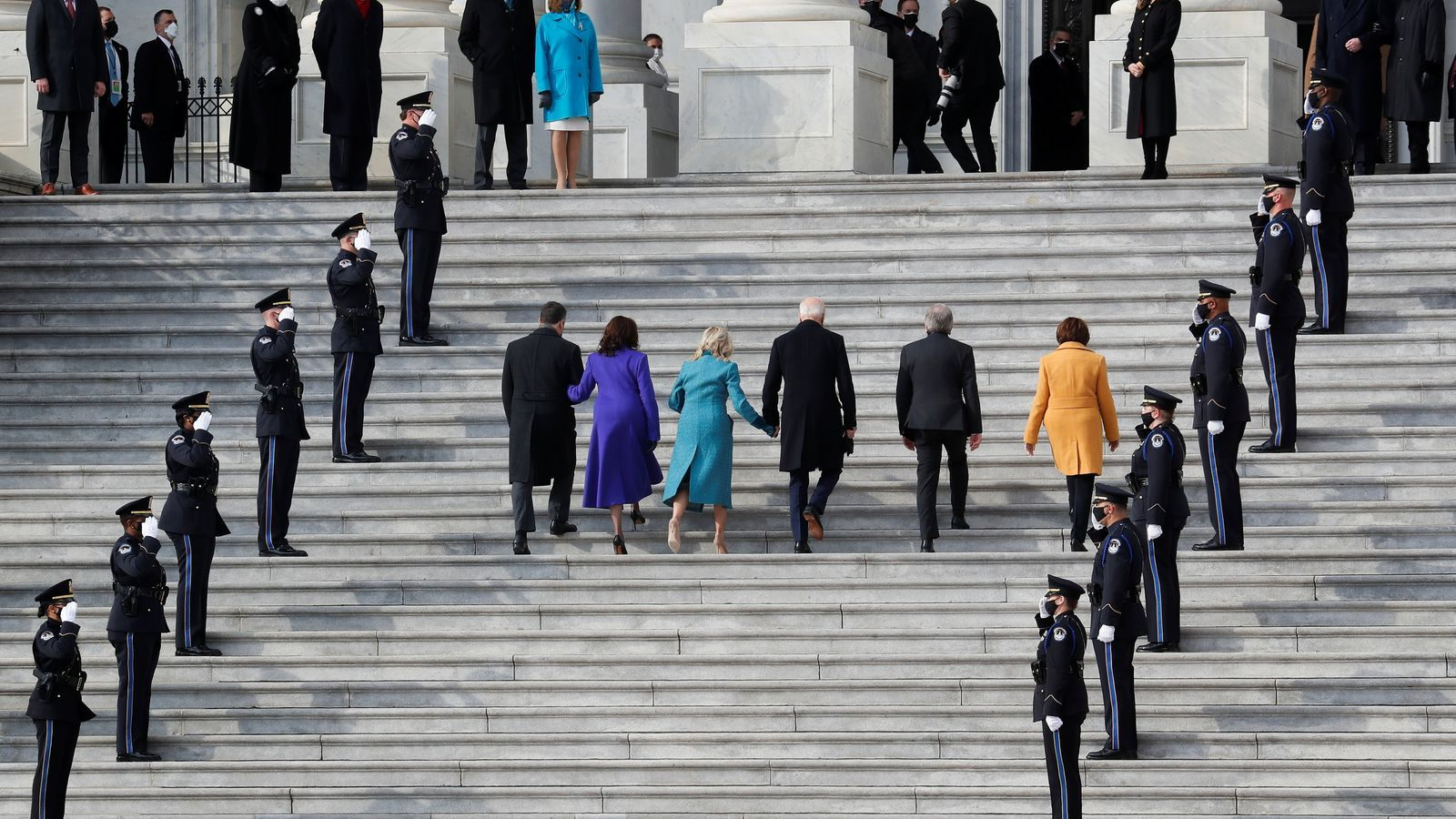 El president electe Joe Biden, la seva dona Jill Biden, el vicepresident electe Kamala Harris, el seu marit Doug Emhoff, el senador dels EUA Roy Blunt i la senadora Amy Klobuchar arriben a la cerimònia