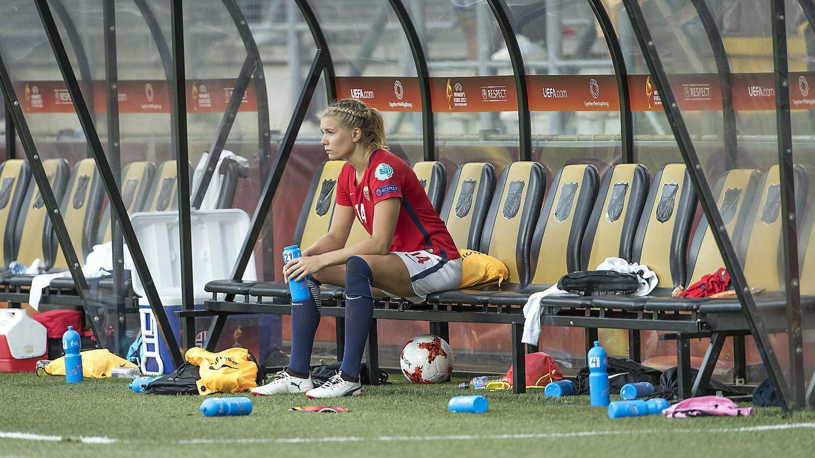 La noruega Ada Hegerberg observant des de la banqueta un partit entre la seva selecció i Bèlgica el 2017.