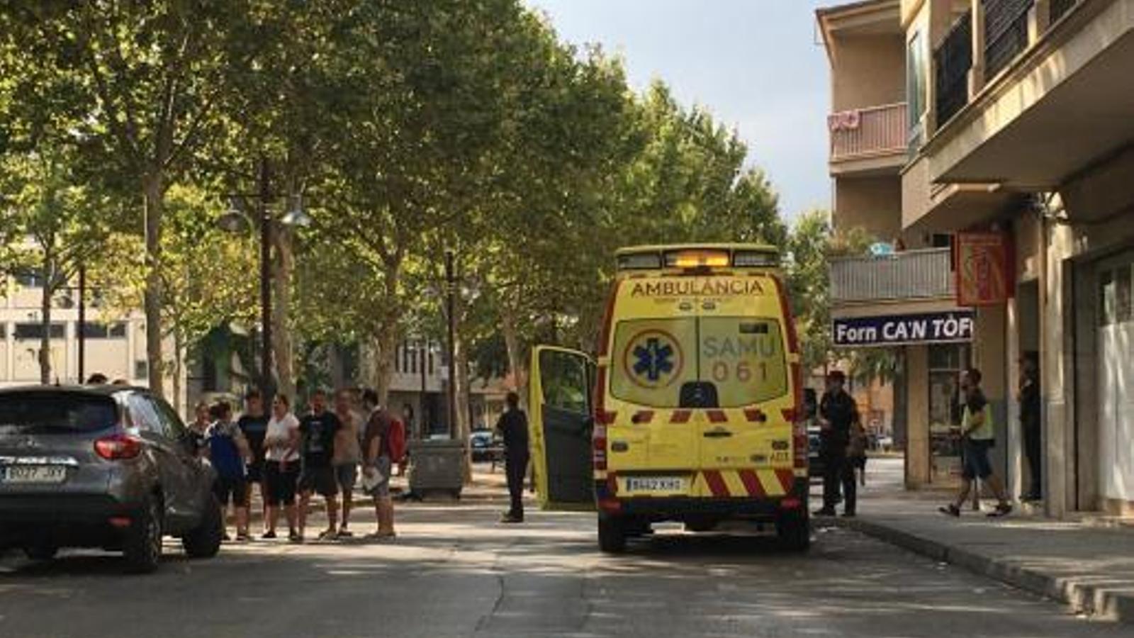 Policia i ambulàncies al lloc on es trobava el cotxe amb el bebè a l'interior. / GUILLEM MAS