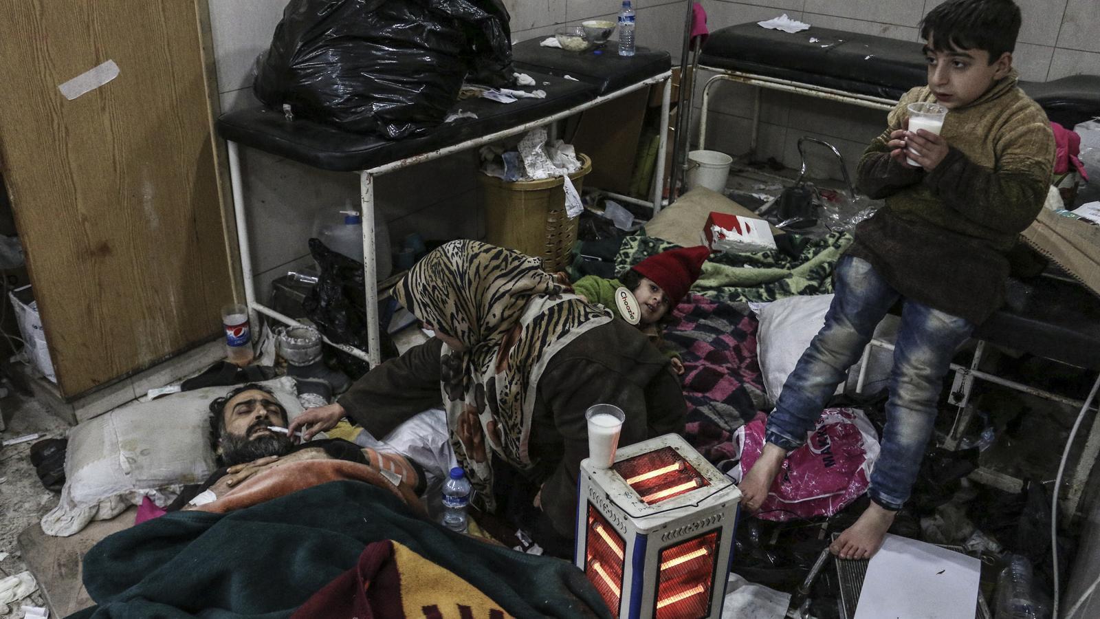 REFUGIADOS-UE II - Página 2 Familia-espera-evacuada-hospitals-queden_1708639367_36119127_540x306