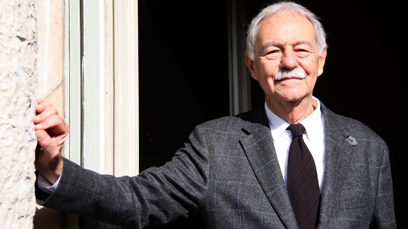L'escriptor Eduardo Mendoza en un pla mitjà en el balcó de La Pedrera el 29 d'octubre durant la presentació de la seva novel·la 'El secreto de la modelo extraviada'