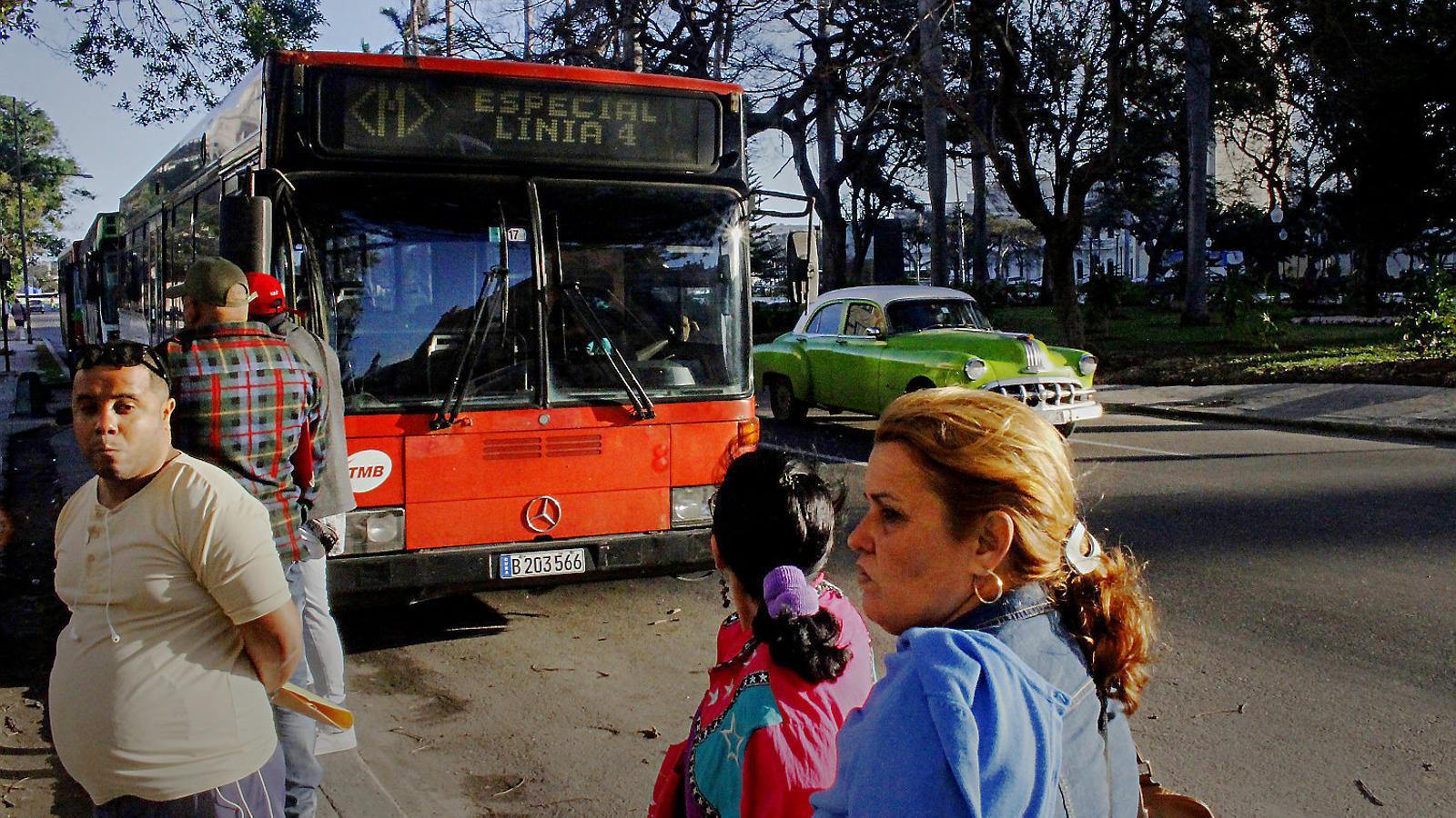 Un autobús de Barcelona circulant per un carrer de l'Havana.