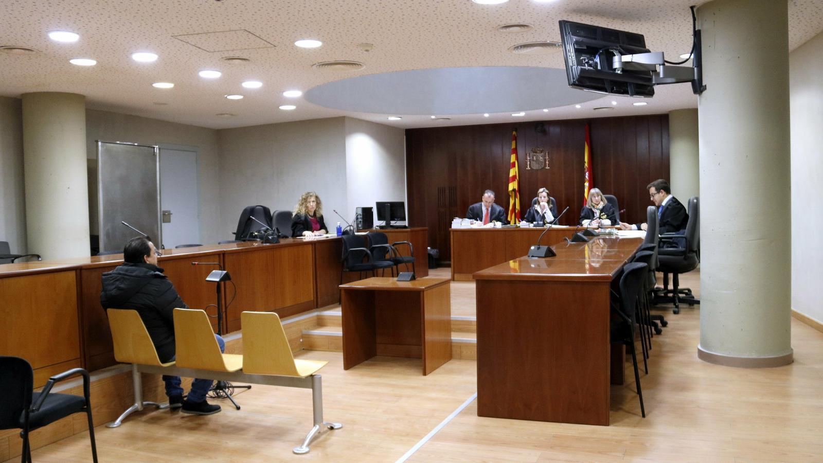 """La nena violada pel seu pare a Lleida explica que es va """"criar"""" amb els abusos i que no sabia com reaccionar"""