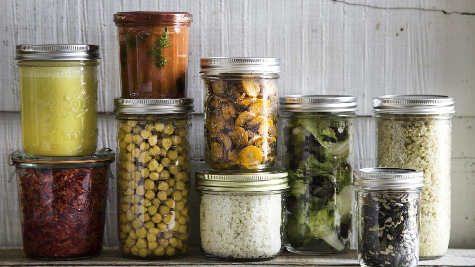 Un cop cuinats i preparats els aliments es guarden en pots o tuppers
