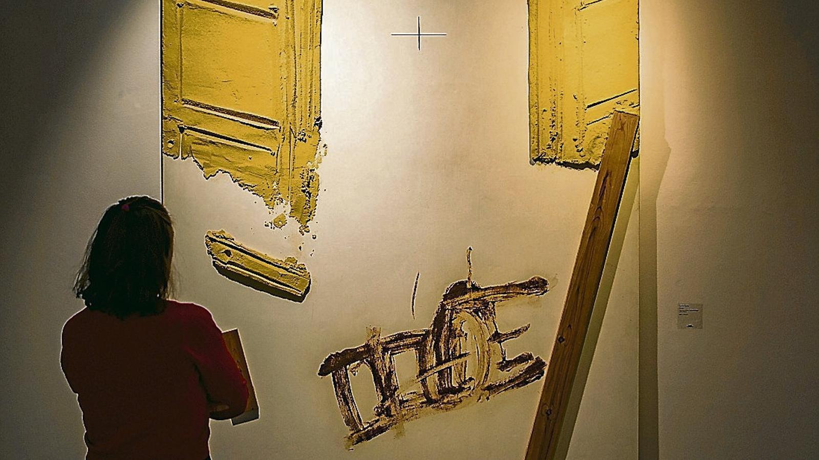 Cadira i fustes, d'Antoni Tàpies, l'obra més tardana de l'exposició.