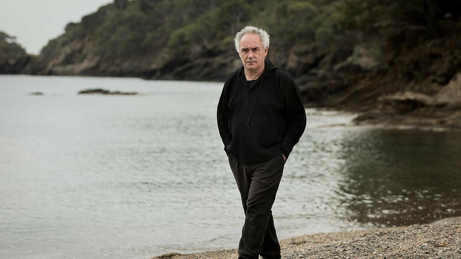 """Ferran Adrià passeja per Cala Montjoi, el lloc on va començar tot i on ara tornarà amb aquest nou i ambiciós projecte de divulgació, de recerca i de creació que ell defineix com un """"laboratori d'innovació"""""""