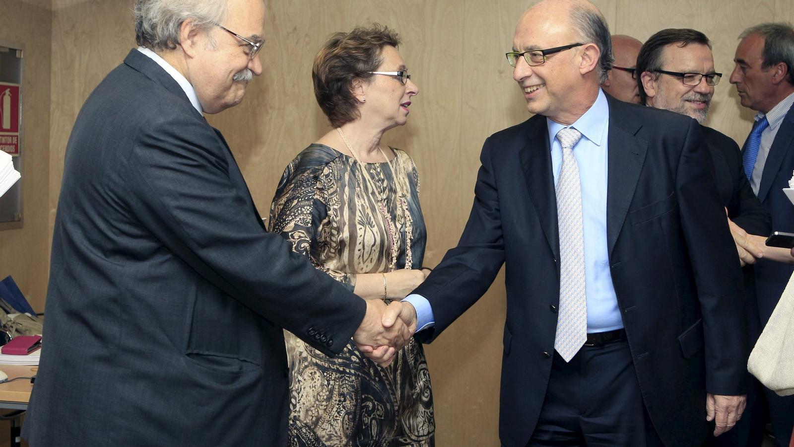 DEL SOMRIURE A LA DECEPCIÓ  El conseller Mas-Colell i el ministre Montoro ahir abans de l'inici del Consell de Política Fiscal.