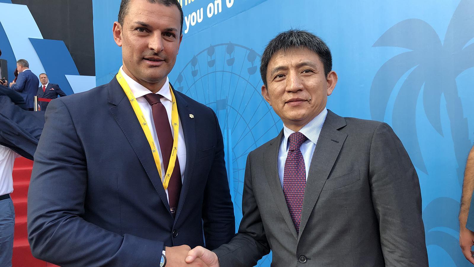 El ministre de Presidència, Economia i Empresa, Jordi Gallardo, amb el viceministre xinès de Comerç, Li Chenggang. / SFG
