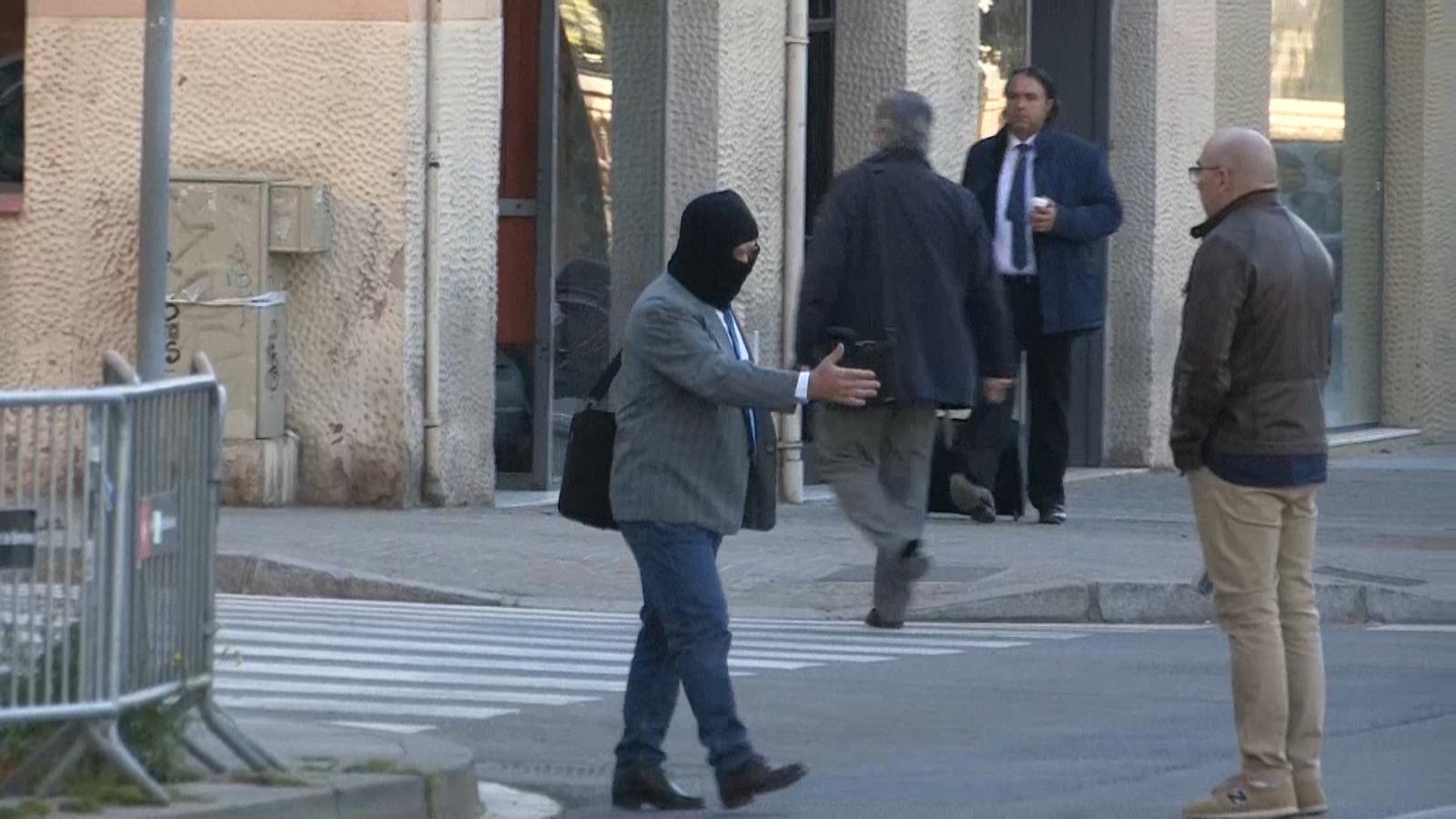 Benítez es troba amb el pare d'una de les víctimes, Manuel Barbero, a l'entrada de l'Audiència de Barcelona