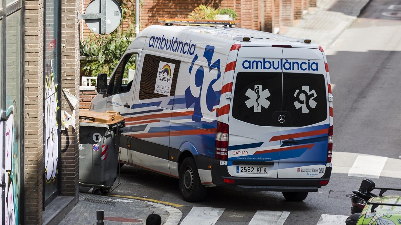 Una ambulància, traslladant un pacient pels carrers de Barcelona
